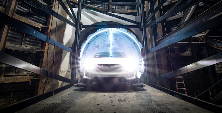 поезд и тоннель Илона Маска