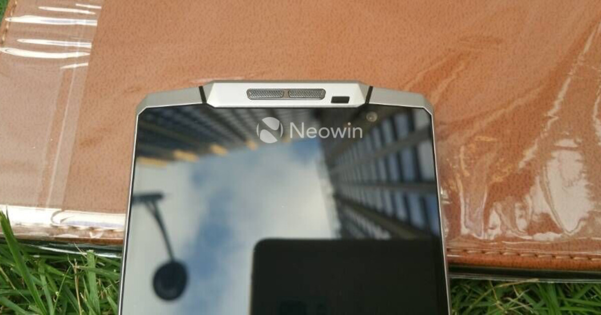 Смартфон с аккумулятором 10 000 мАч на «живых» фото