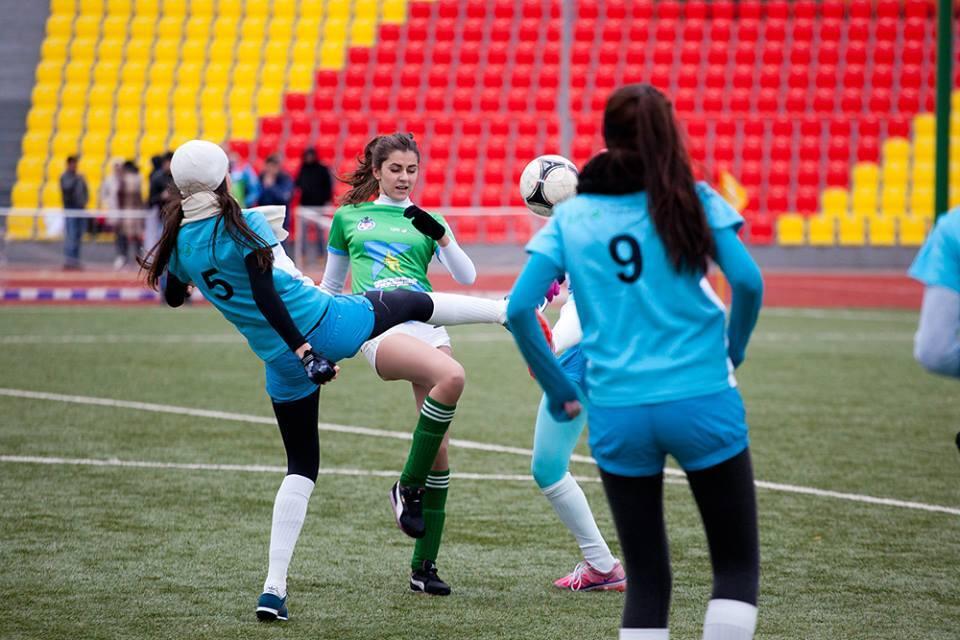 Если в футбол играют настоящие девчонки, такое пропускать никак нельзя!