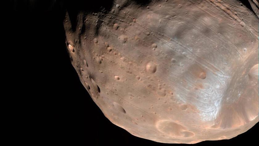 Ученые выяснили откуда у спутника Марса шрамы
