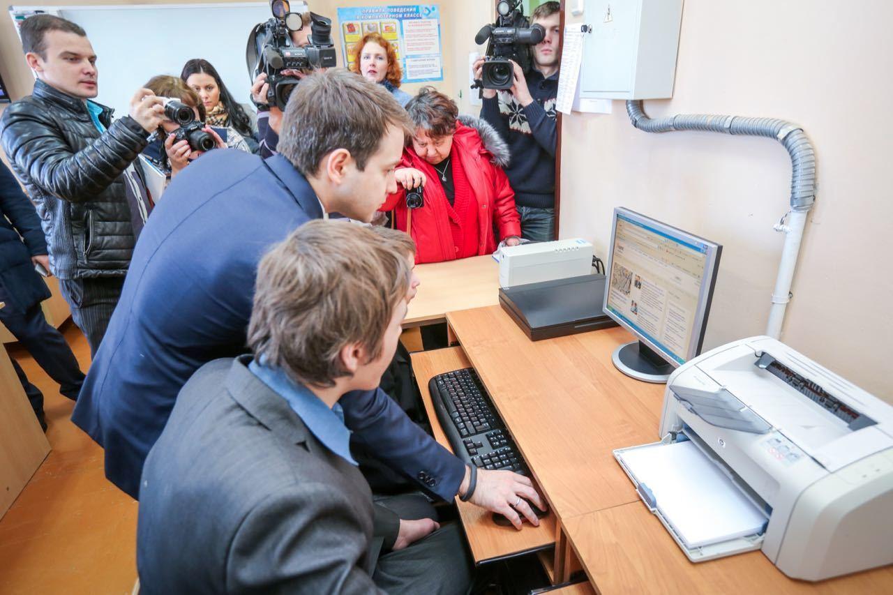 Глава Минкомсвязи Николай Никифоров на уроке информатики.
