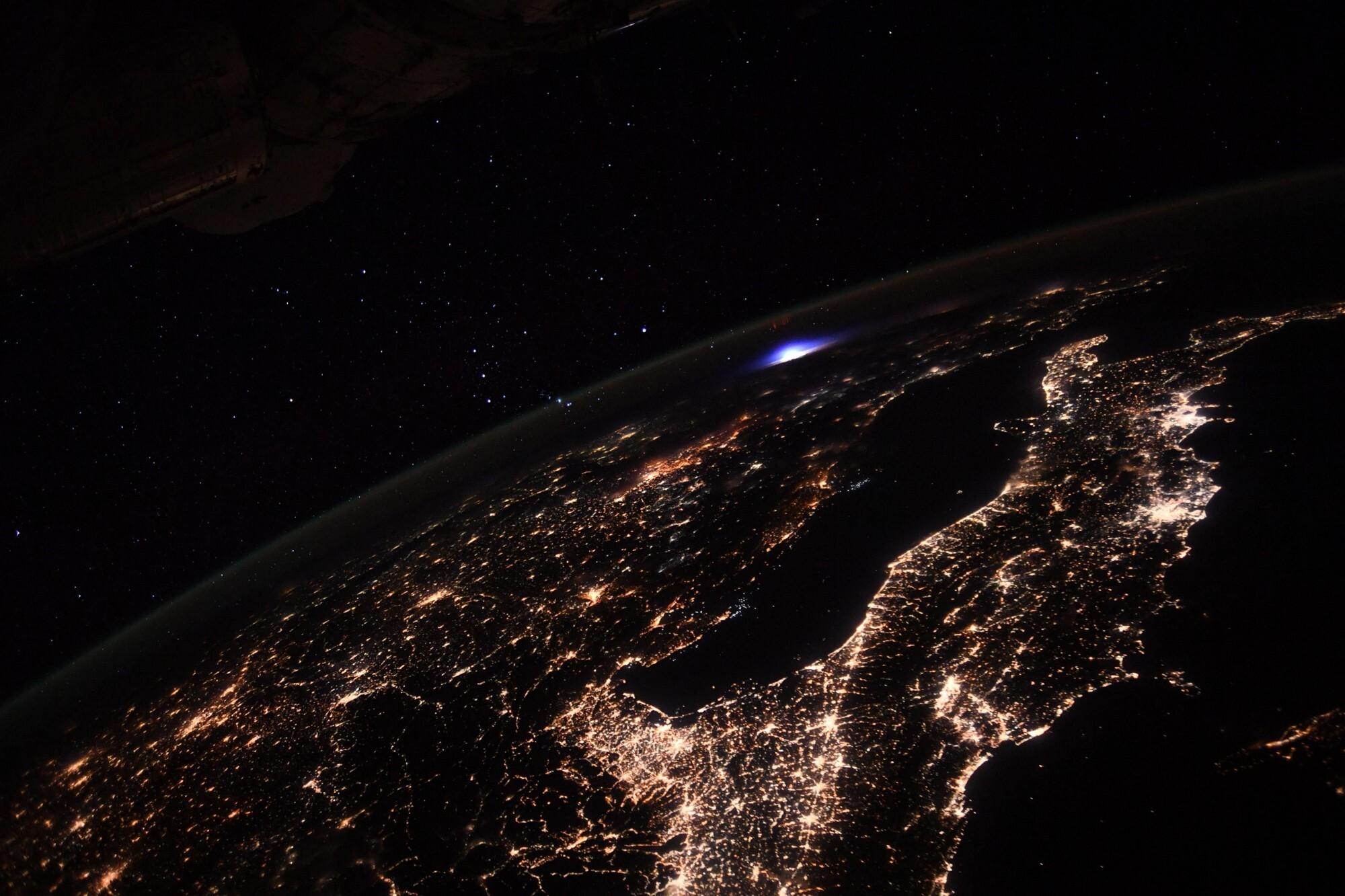 Фотография космонавта показывает огромную синюю вспышку в атмосфере Земли (2111487)