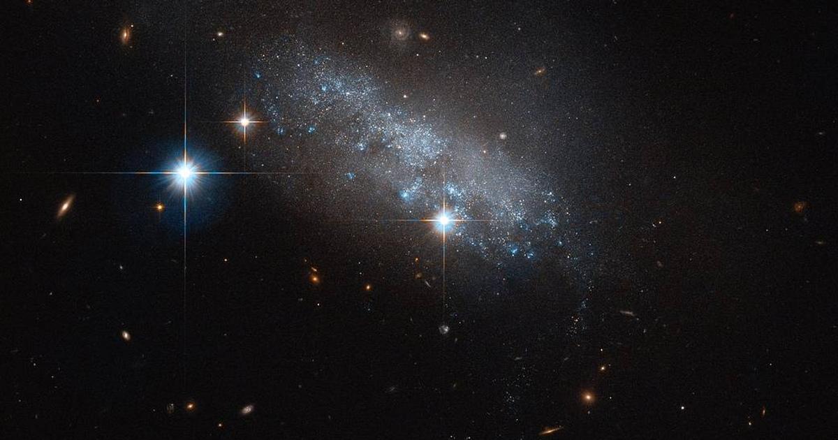 NASA сфотографировало неправильную галактику из синих звезд
