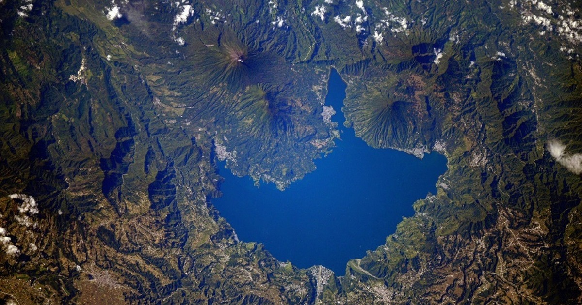 Космонавт показал «Вулканическое озеро» иФудзияму. Как делают фото вкосмосе