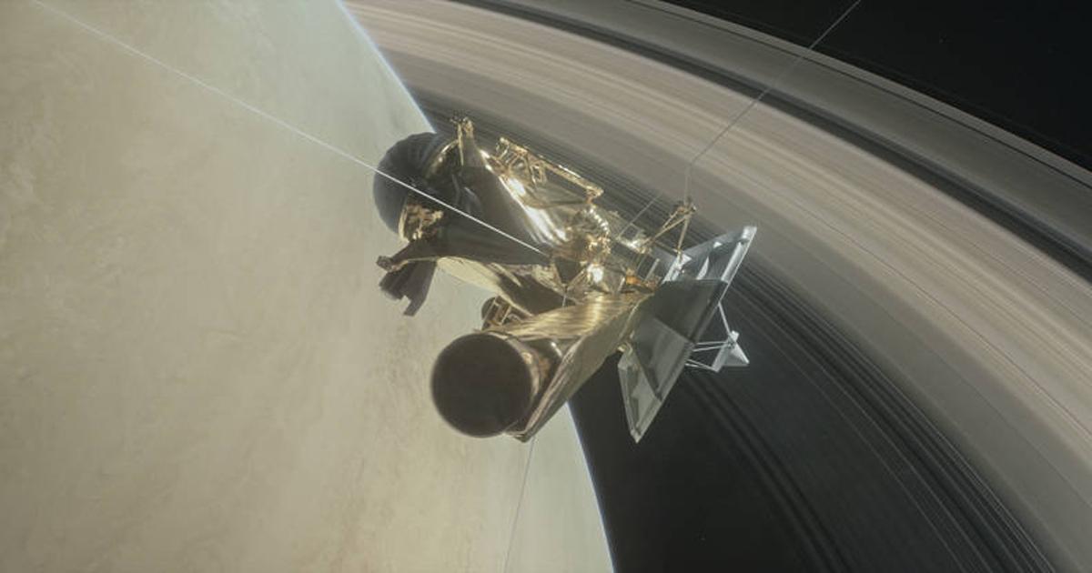«Кассини» прошел между Сатурном иего кольцами: получены уникальные снимки