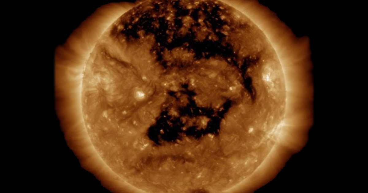 НаСолнце появилась огромная «дыра», которая видна сЗемли