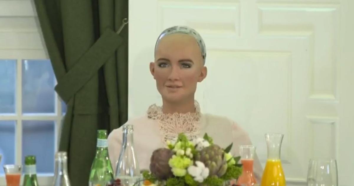 Фото: робот София позавтракала сдиректором «Сбербанка» иминистром экономики