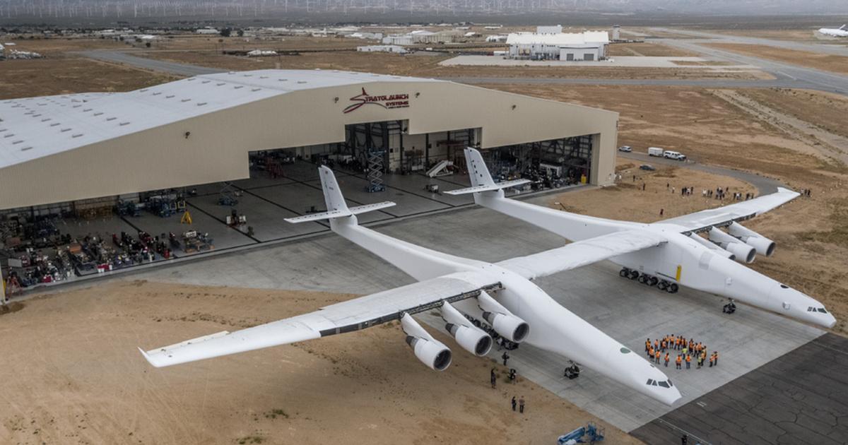 Самый большой самолет вмире Stratolaunch впервые покинул ангар